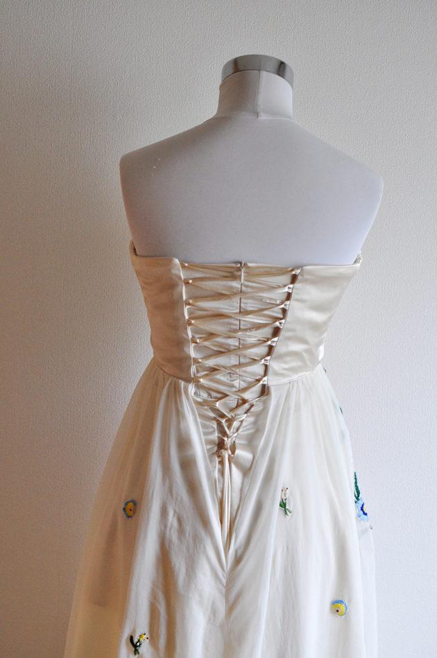 リリーブラウン風刺繍ドレス後ろ